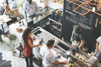 cafeteria cheia de clientes, o local de cada loja impacta em muito no sucesso do seu negócio.