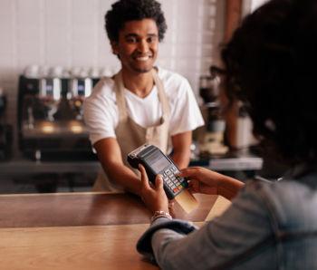 pagamento de conta feito em cafeteria, que ajuda na classificação de construção de carteira de clientes.