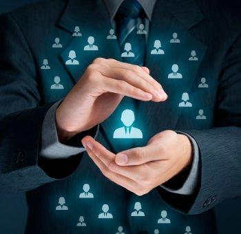 um empreendedor segurando um icone de pessoas, indicando o cuidado e o olhar para pessoas, que é o foco de ferramentas de CRM