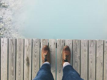 Homem em uma ponte, vendo o infinito. Novos negócios não precisam ser um salto de fé, planeje cada passo da sua nova empresa.