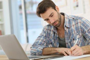 Empreendedor estudando sobre a abertura da sua empresa