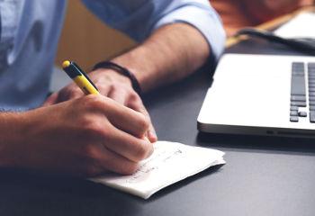 Estudante de empreendedorismo, fazendo anotações -  é muito importante se capacitar e planejar o seu negócio