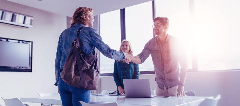 empreendedor cumprimentando um colaborador em uma reunião