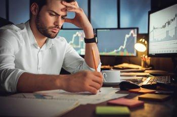 Empreendedor concentrado fazendo um orçamento anual da sua empresa que compõem uma projeção de despesas, receitas e o balanço patrimonial do seu negócio devem compor o seu orçamento anual