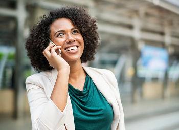 candidata recebendo uma ligação aparentando estar bem feliz com a noticia, pois é fundamental elaborar um plano de cargos e salários para todos