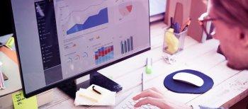 Empreendedor analisando os seus indicadores no computador