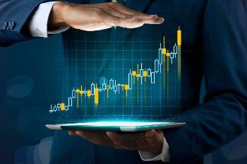 um empresário mostrando um gráfico de crescimento grande, o qual representa a boa lucratividade do seu negócio