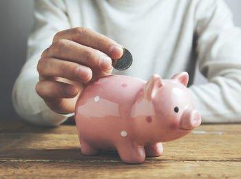pessoal colocando dinheiro no porquinho