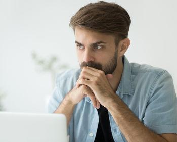 Empreendedor pensando em sair do seu emprego atual para ir empreender em seu próprio negócio