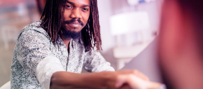 Empreendedor negro cumprimentando seu cliente
