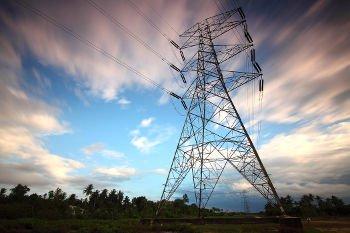 Torre de energia que traz força para a produção industrial.