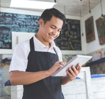 Empreendedor pesquisando no tablet o nome da sua empresa.