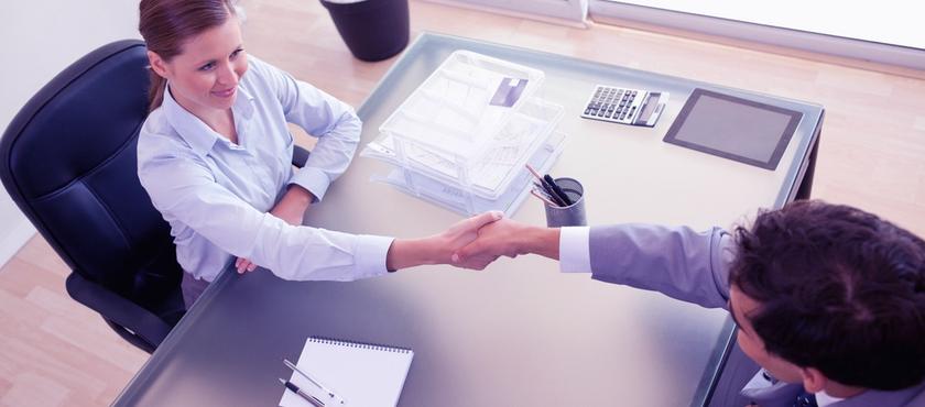 empreendedor em um sala falando com um possivel candidato a uma vaga