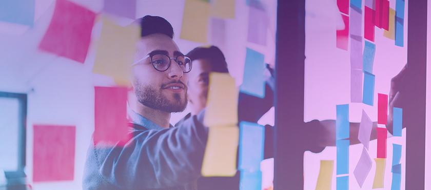 empreendedor fazendo planejamento para as ações e estratégias do seu negócio em post its