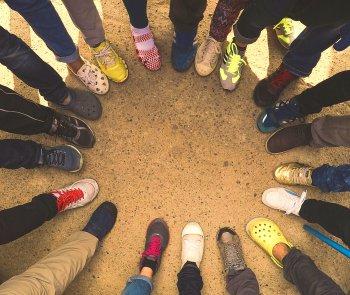 várias pessoas com tenis e calçados diferentes, o que indica o potencial de um CRM em classificar e entender cada cliente.