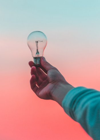 empreendedor segurando um lampada e olhando para o céu, significa que qualquer um pode ter uma ideia e todos devem compartilhar ela para ser melhorada