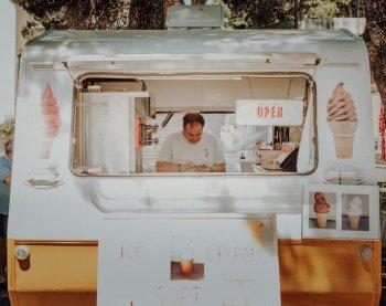 empreendedor no telefone em seu negócio de sorvetes