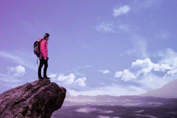 empreendedor no topo de uma montanha, o empreendedor bem-sucedido é capaz de dar origem a novos projetos ou organizações, identificar oportunidades, traçar objetivos, alinhar ações e obter rendimentos