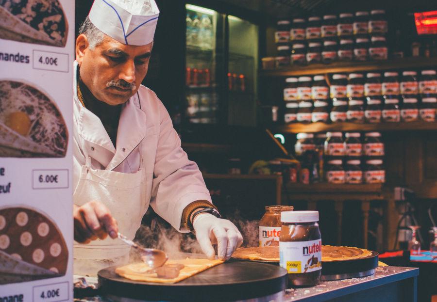 empreendedor fazendo panquecas doces em seu negócio e esquecendo para parte de gestão