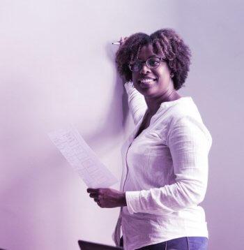 mulher negra se apresentando dentro de uma empresa