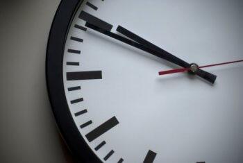 relógio mostrando o tempo passar, as novas jornadas de trabalho podem ter horários flexíveis.