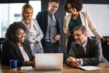 equipe de trabalho multidiciplinar vendo uma apresentação o que representa um modelo de gestão mais atual e horizontalizado