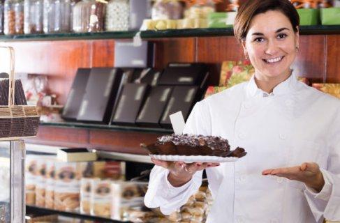 empreendedora oferecendo um pedaco de bolo, que pode ser uma nova oportunidade no engpocio dela