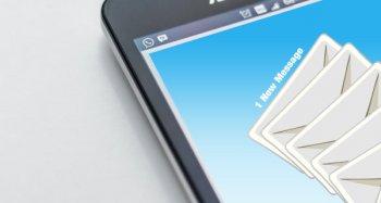 tela de celular com cartinhas voando que indicam os emails chegando.