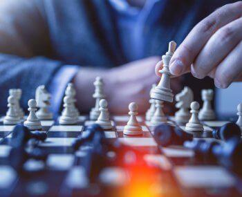 Empreendedor jogando xadrez, demonstrando toda a sua análise dos fatores envolvidos e poder de decisão estratégica
