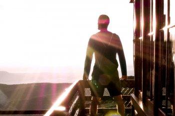 empreendedor olhando para o horizonte com forte luz, demostrando coragem aos novos desafios