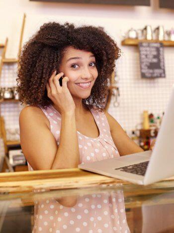 Empreendedora trabalhando com sorriso no rosto, demostrando felicidade sem cansaço