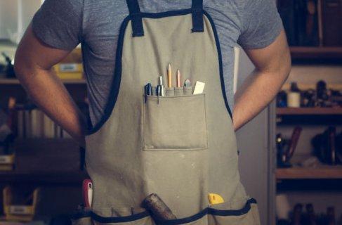 empreendedor do ramo de calçados mostrando todas as suas ferramentas e o seu espaço de trabalho