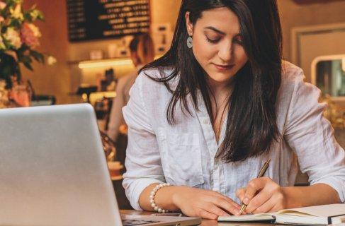 negociadora se preparando para uma reunião estudando o seu cliente e os assuntos que podem aparacer