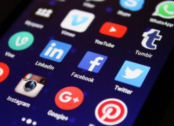 tela com vários icones de redes sociais, entre elas facebook, twitter linkedin e instragram
